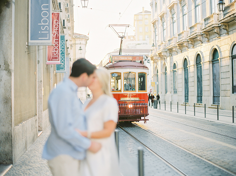 Romantic engagement session in Lisbon